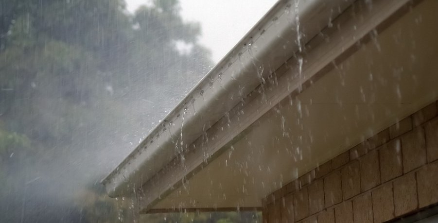 Mobile Home Roof Over Gutter With Rain